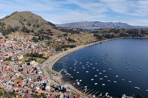 Z lesenimi trajekti čez jezero Titicaca do mesta Copacabana