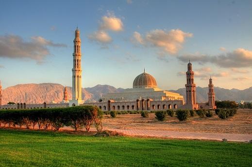 Pogled na veličastno mošejo sultana Qaboos-a v Muscatu, v ozadju se razteza Hajarsko gorovje