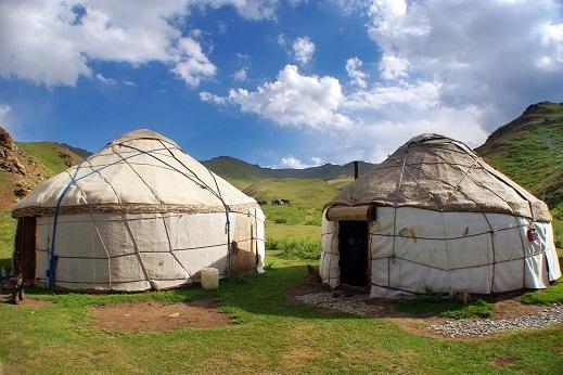 Fantastična narava, nomadi, tradicija in jurte so rdeča nit potovanja po Kirgiziji.