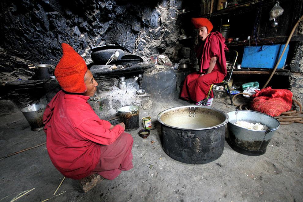 Samostanska kuhinja skrbi za stalno preskrbljenost menihov s  tibetanskim slanim čajem.