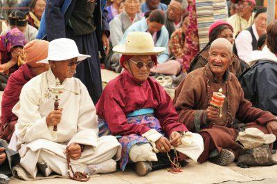 Domačini v svojih najboljših oblačilih slavijo rojstni dan dalaj lame  v njegovem ladaškem bivališču. Ladak gosti tudi veliko skupnost  tibetanskih beguncev.